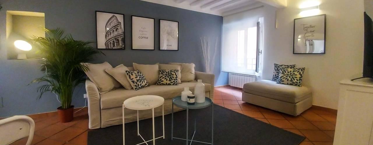 غرفة المعيشة تنفيذ Creattiva Home ReDesigner  - Consulente d'immagine immobiliare
