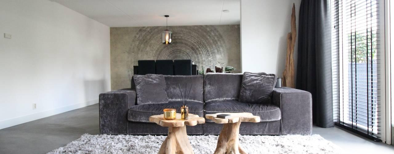 Cementgebonden gietvloer met stoere woonelementen in moderne woning van Motion Gietvloeren Modern