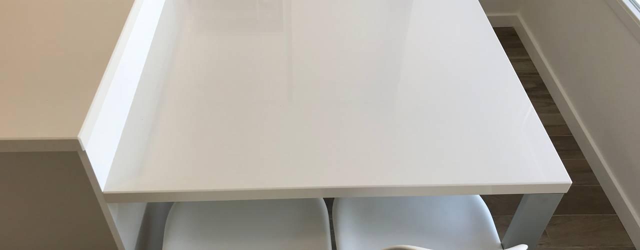 MESA COCINA, MISMO MATERIAL BANCADA:  de estilo  de Interiorismo Cemar Constructores en Alicante