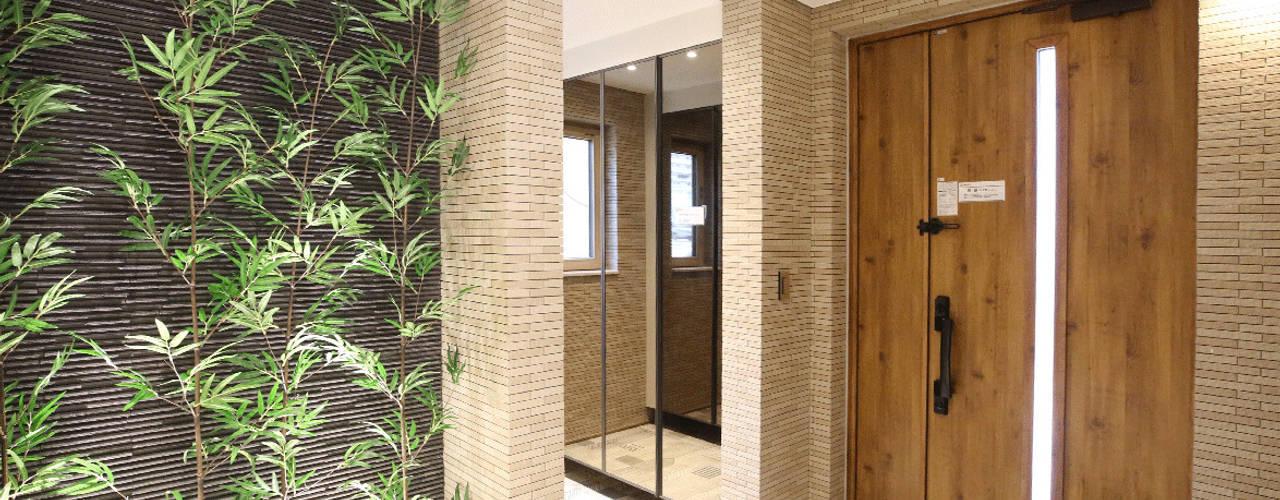정제된 아름다움을 보여주는 프리미엄 모던전원주택 (경기도 화성시): 더존하우징의  복도 & 현관