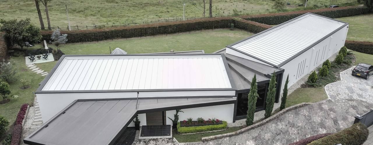 Casas de campo de estilo  por Andrés Hincapíe Arquitectos  A H A,