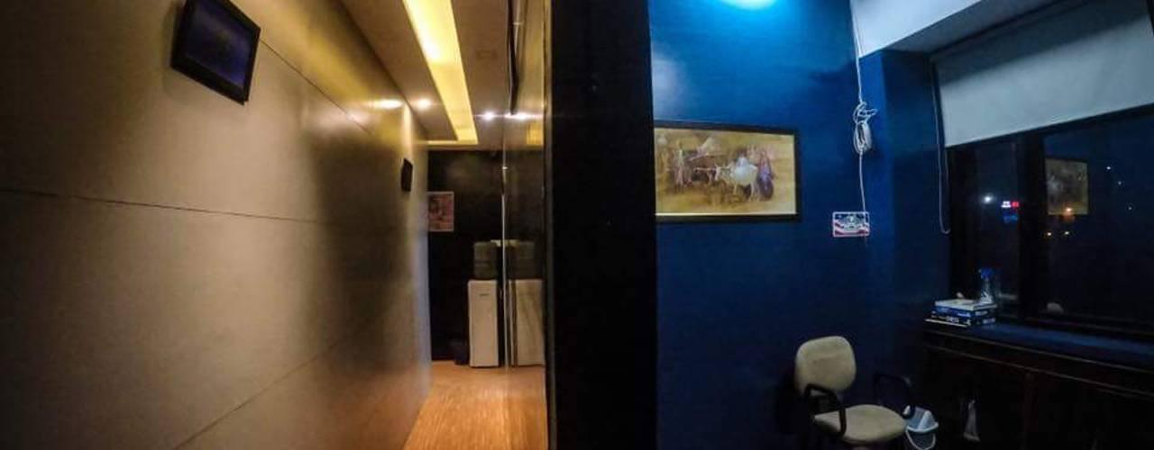 Vibe Art:  Corridor & hallway by M.U Interiors,Colonial