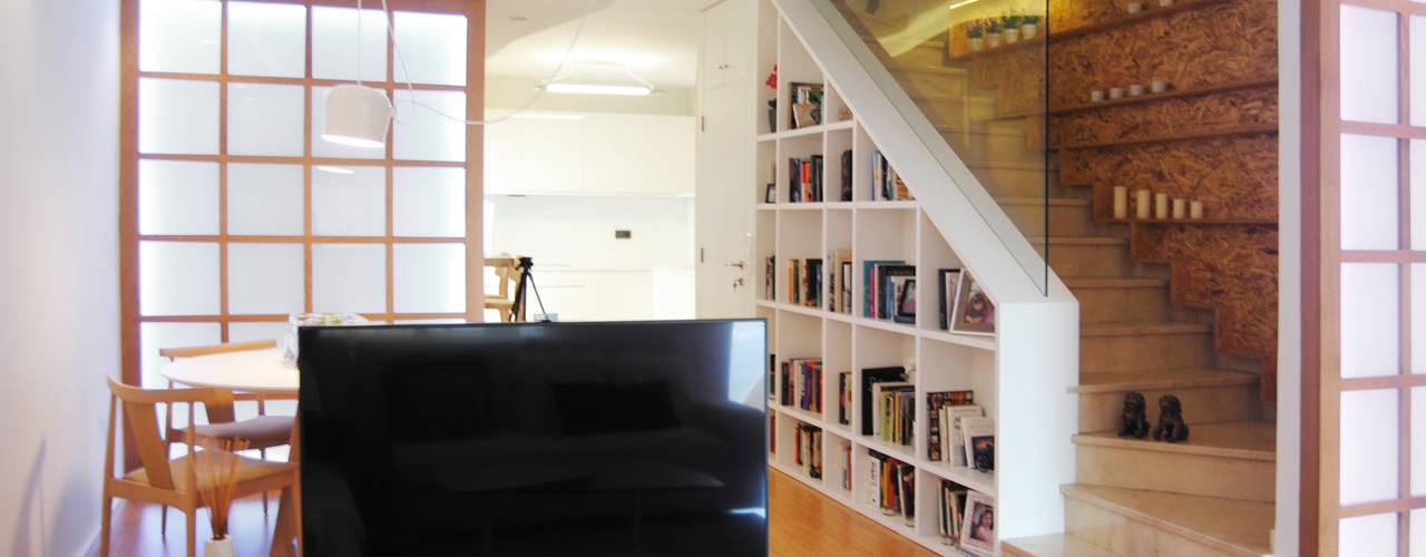 REFORMA VIVIENDA ZEN: Salones de estilo  de Loft 26