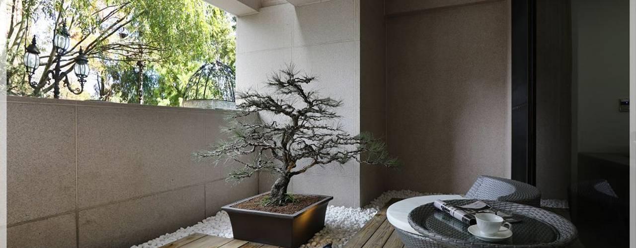 Balcones y terrazas modernos de 木博士團隊/動念室內設計制作 Moderno