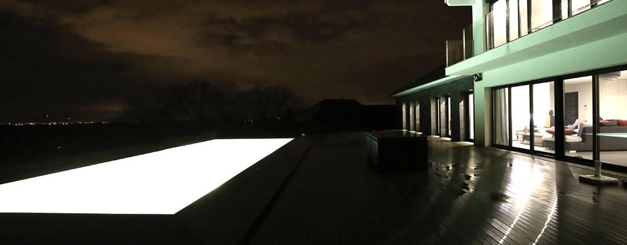 Moradia com piscina em Buros, França por OGGOstudioarchitects, unipessoal lda Moderno