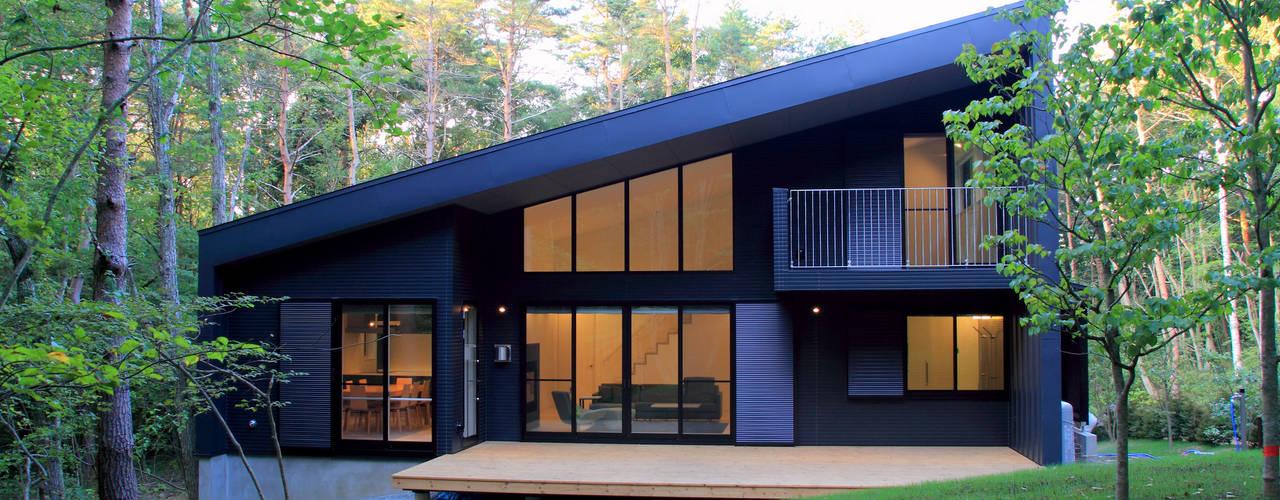 富士山麓の別荘 カラマツ林の傾斜地に建つ別荘 TAPO 富岡建築計画事務所 モダンな 家 金属 灰色