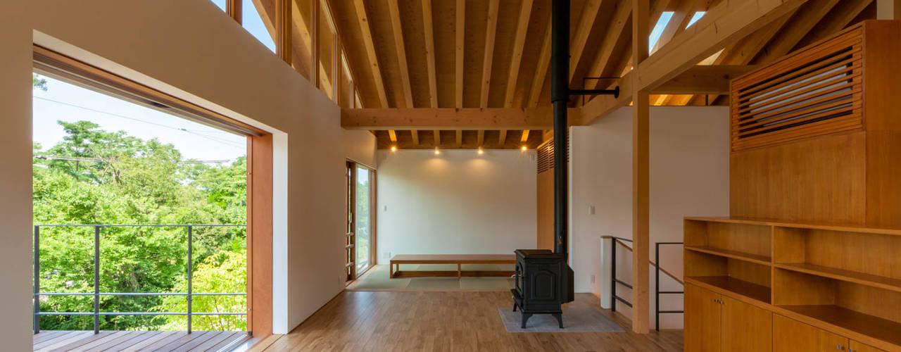 小布施雁田の家: 伊東亮一建築設計事務所が手掛けたリビングです。