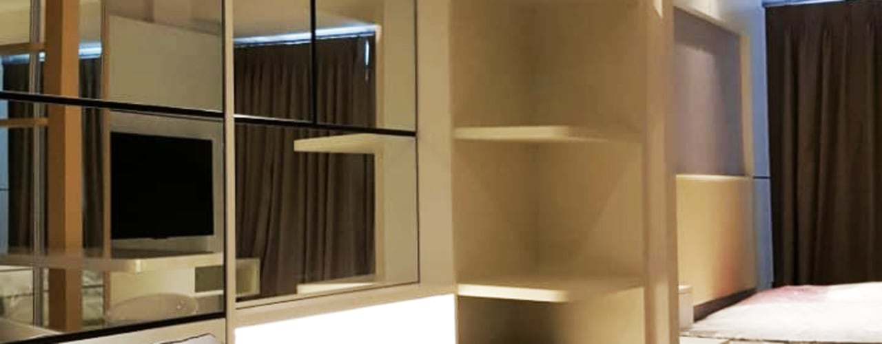 Area Ruang Tamu (Mirror Walltreatment & Shelves Cabinet):  Ruang Keluarga by Likha Interior