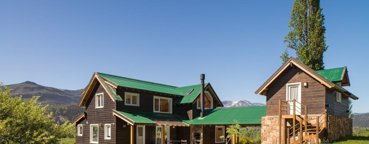 by Patagonia Log Homes - Arquitectos - Neuquén Скандинавський