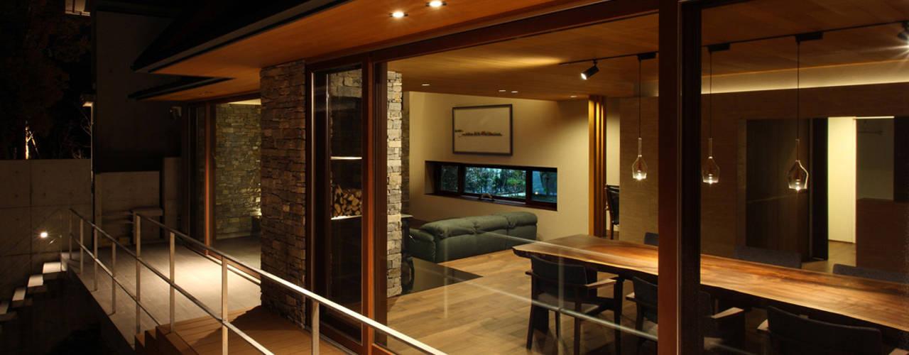 森と暮らす家  -週末住宅-: Studio tanpopo-gumi 一級建築士事務所が手掛けた一戸建て住宅です。