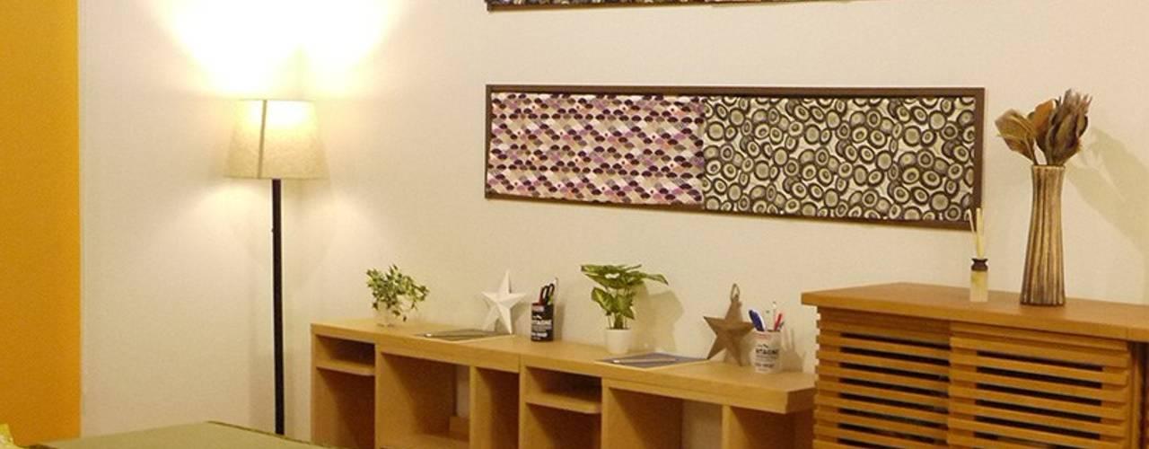 """WA"" MODERN STYLE- こげ茶に合う「和モダン」インテリアへお部屋の大改造: 株式会社アートアーク一級建築士事務所が手掛けたリビングです。"