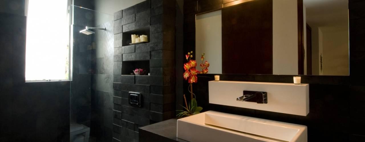 CASA MILAGRO: Baños de estilo  por RGR Arquitectos + Urban Strategy,