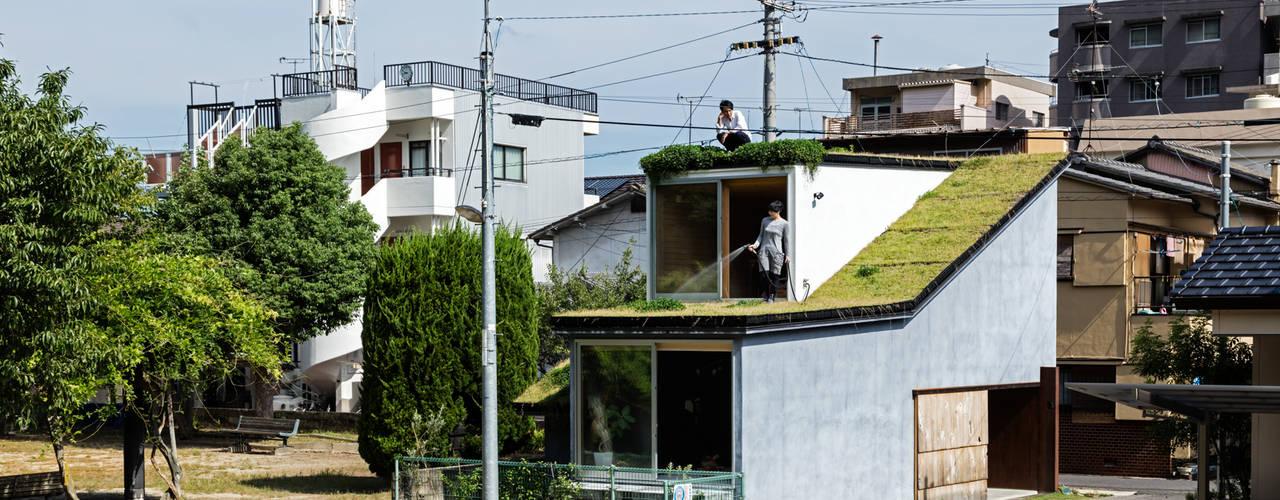草屋根の家: TENKが手掛けた木造住宅です。