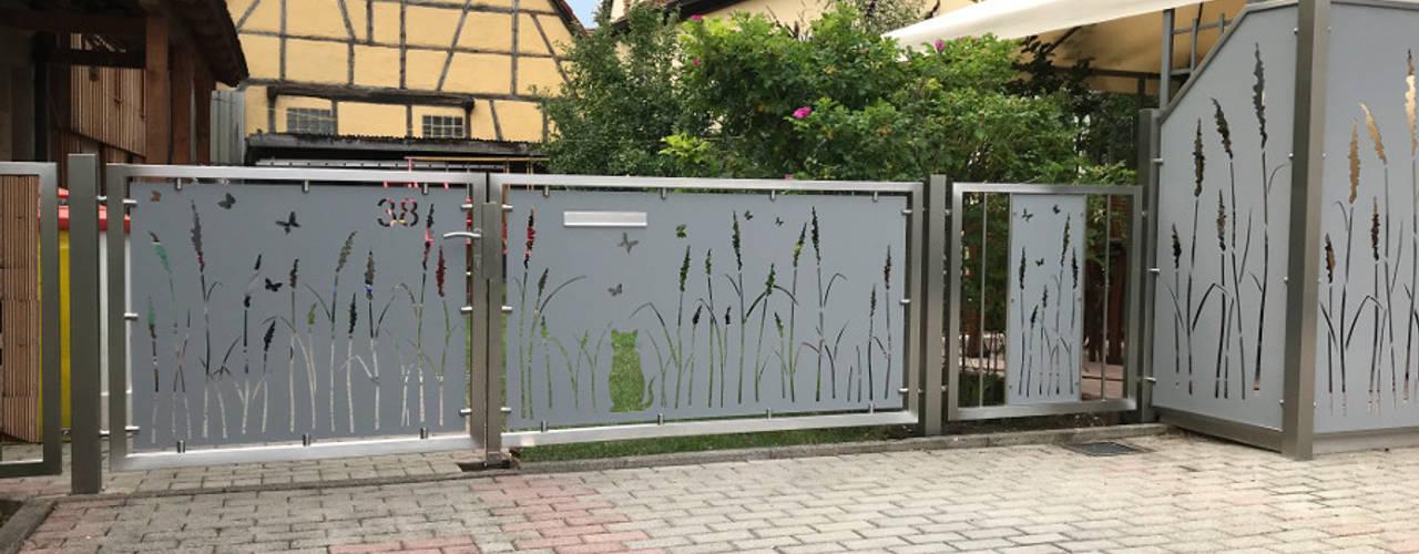 Hofeingangstor:  Terrasse von Edelstahl Atelier Crouse - individuelle Gartentore