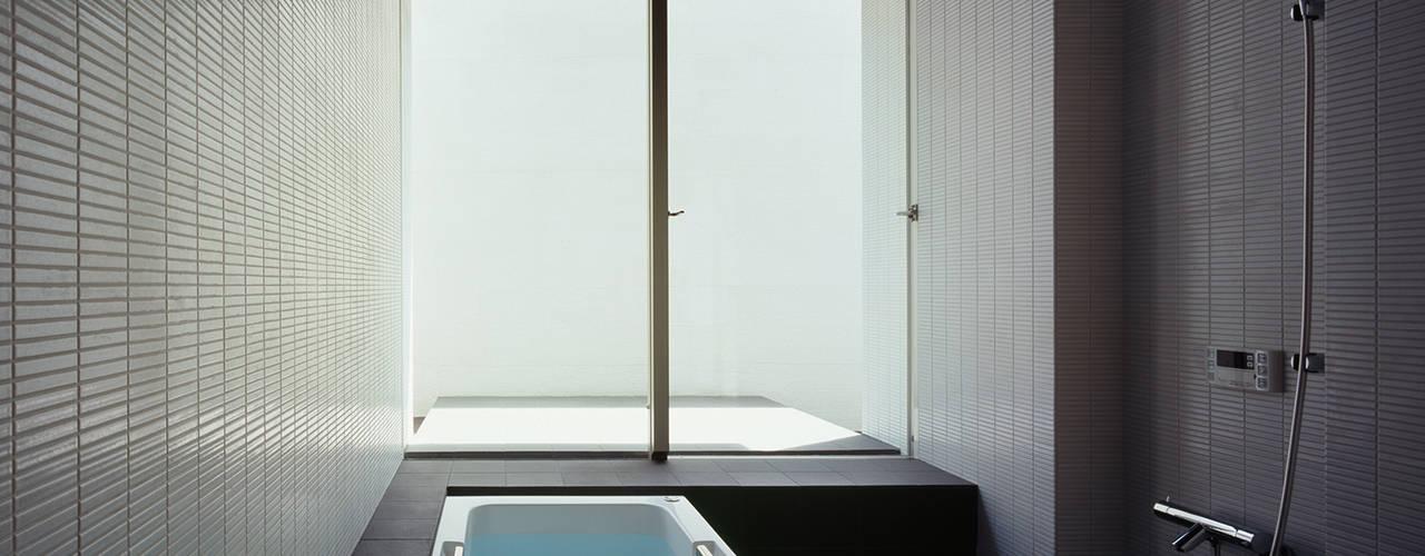 洋光台の家 モダンスタイルの お風呂 の 松岡淳建築設計事務所 モダン