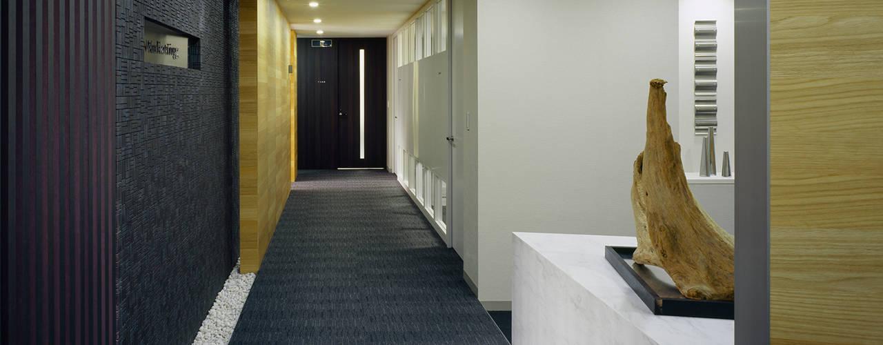 S社東京事務所: 松岡淳建築設計事務所が手掛けた廊下 & 玄関です。