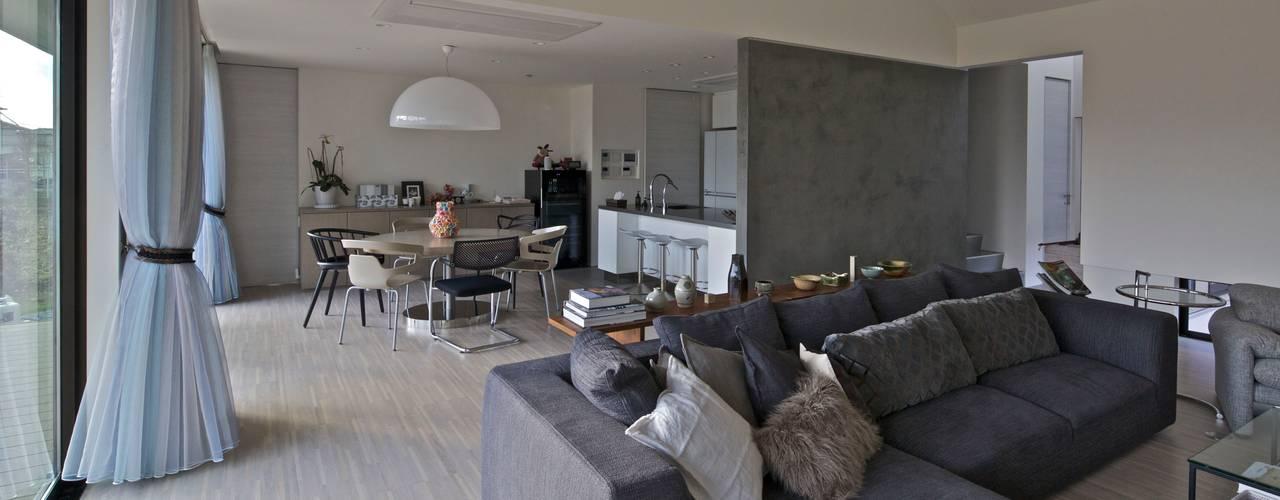 活動を育む器としての建築/木造トラス梁による大空間リビングルームのある3世代住宅 JWA,Jun Watanabe & Associates モダンデザインの リビング 木 灰色
