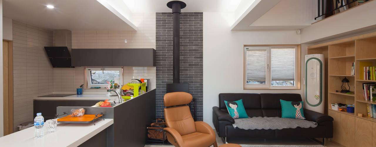 Modern Living Room by 위드하임 Modern