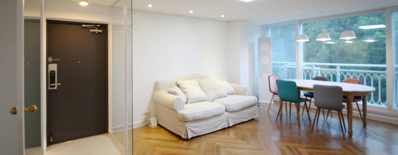[24py] 부산 연지동 청구아파트 신혼집 인테리어: 스테이 모던 (Stay Modern)의  거실