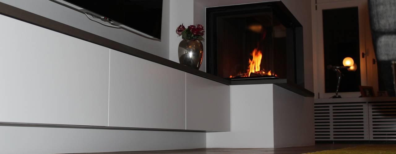 Moderner Eckkamin mit einer TV-Bank:  Wohnzimmer von Christoph Lüpken Ofenbau GmbH - Kamine aus Duesseldorf