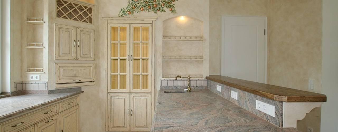 Mediterrane Landhausküche Nizza Creme Antikfinish, grau patiniert:  Einbauküche von Villa Medici - Landhauskuechen aus Aschheim,