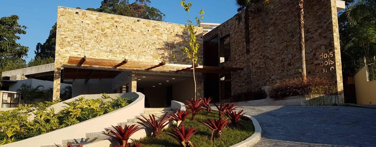 Residencia em Tamboré - SP: Casas familiares  por C2HA Arquitetos,Rústico