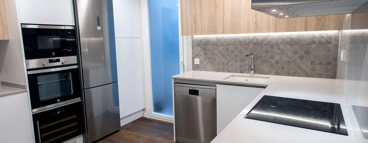 Modern kitchen by Grupo Inventia Modern