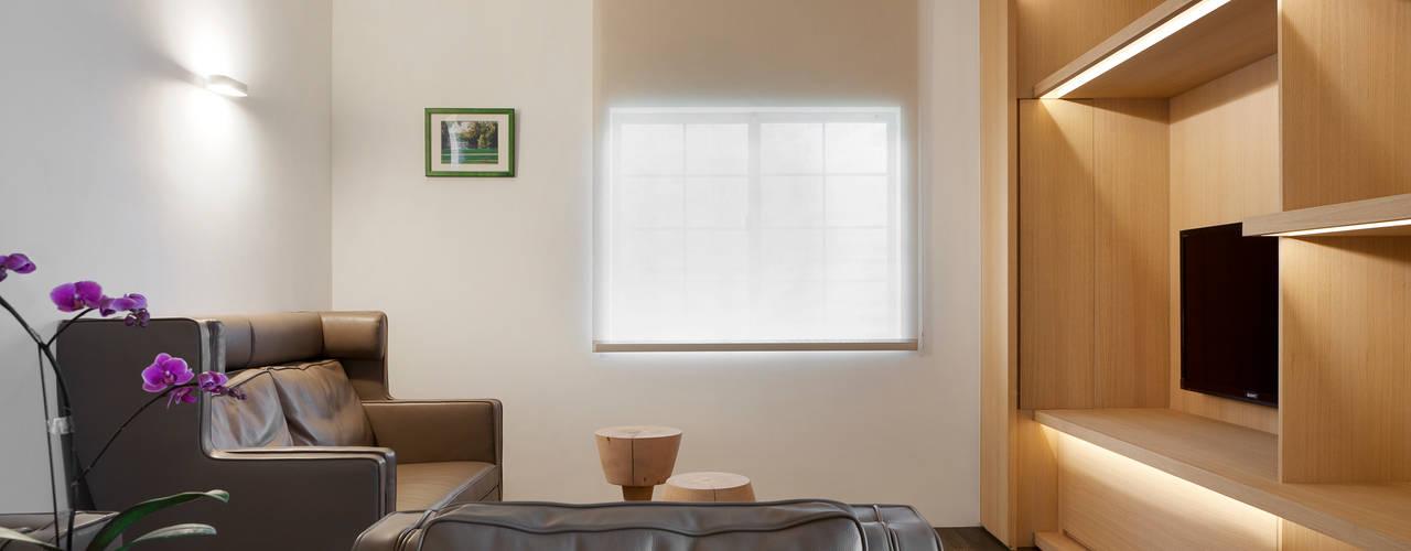 王宅 Wang Residence 现代客厅設計點子、靈感 & 圖片 根據 何侯設計 Ho + Hou Studio Architects 現代風