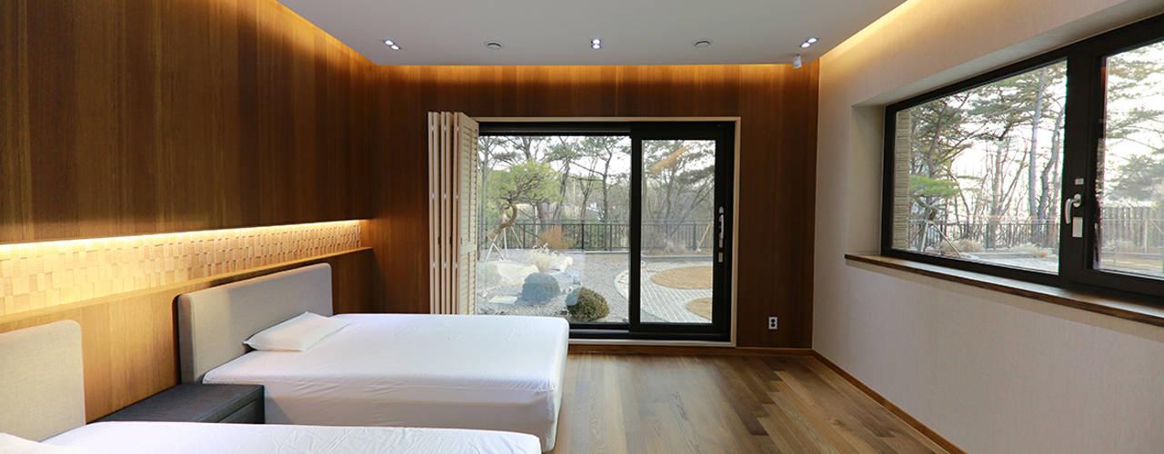 넓은 테라스가 있는 철근콘크리트 주택 (경기도 용인시): 더존하우징의  작은 침실