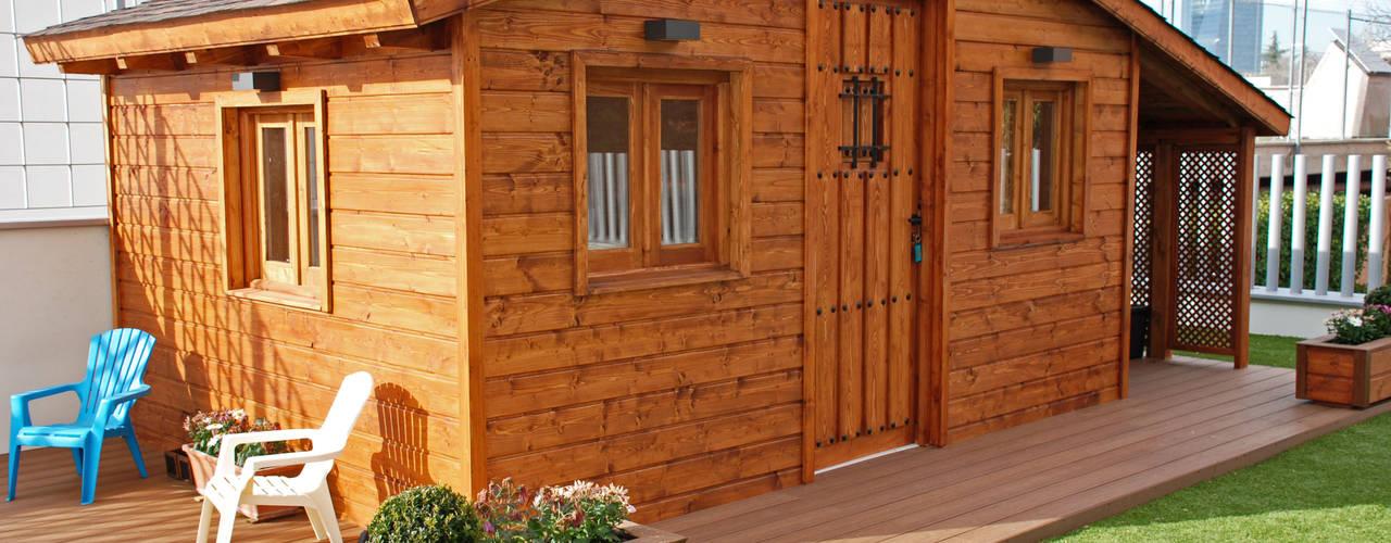 Fachada y vista general de la casita de madera: Casas de madera de estilo  de Casetas de Madera