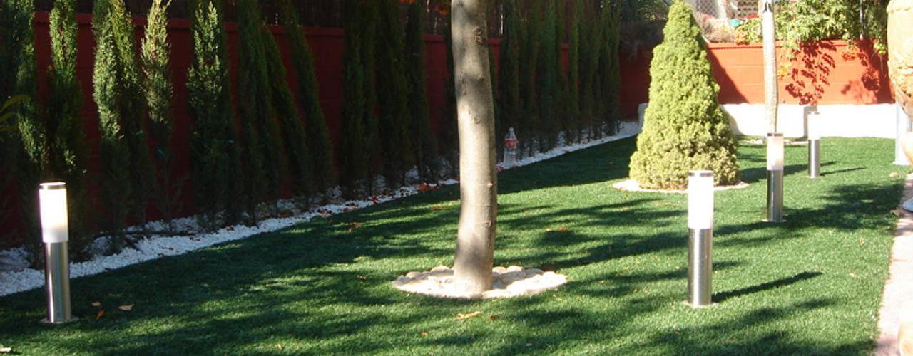Antes y después de poner césped artificial en diferentes jardines.: Jardines delanteros de estilo  de Albergrass césped tecnológico