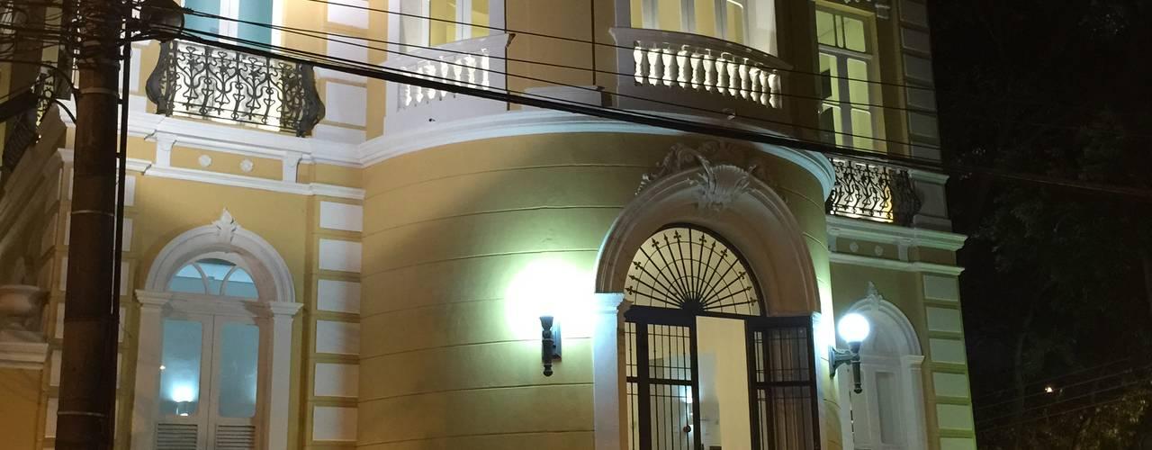 Vista noturna: Casas  por Carlos Eduardo de Lacerda Arquitetura e Planejamento