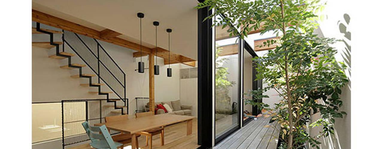 ソト部屋ウチ庭の家: 株式会社Fit建築設計事務所が手掛けたテラス・ベランダです。