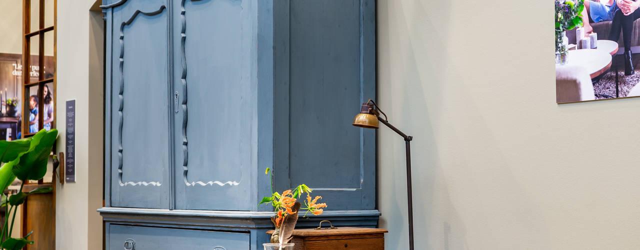 Landelijk interieur met blauw en groen tinten:  Woonkamer door Pure & Original,