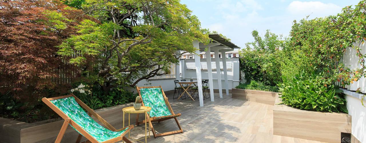 Attico con terrazzo Fabio Carria Balcone, Veranda & Terrazza in stile moderno Piastrelle Effetto legno