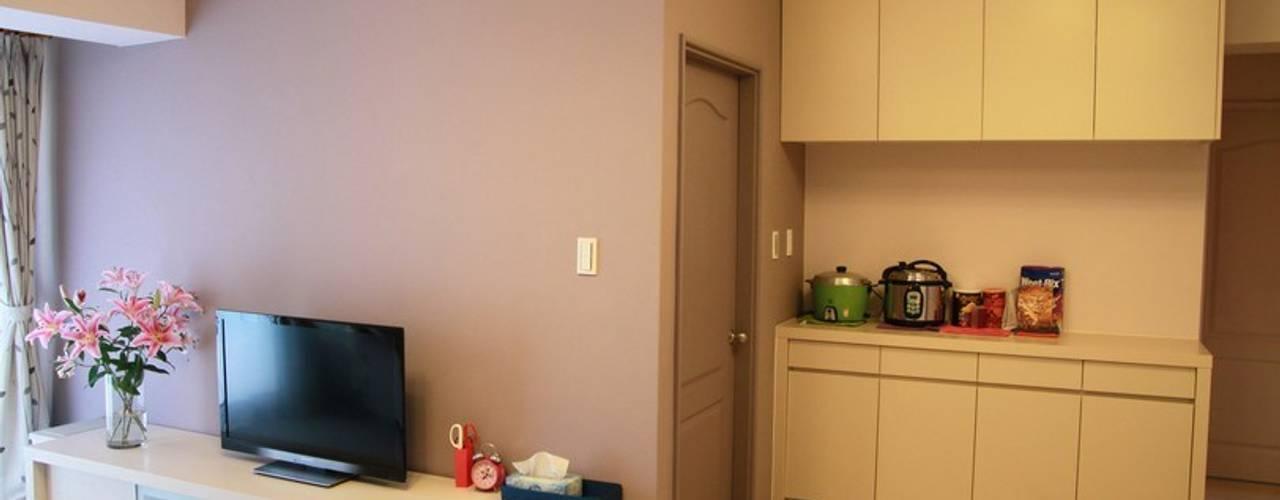 廚房外的牆面也設置大型收納櫃:  牆面 by 勻境設計 Unispace Designs