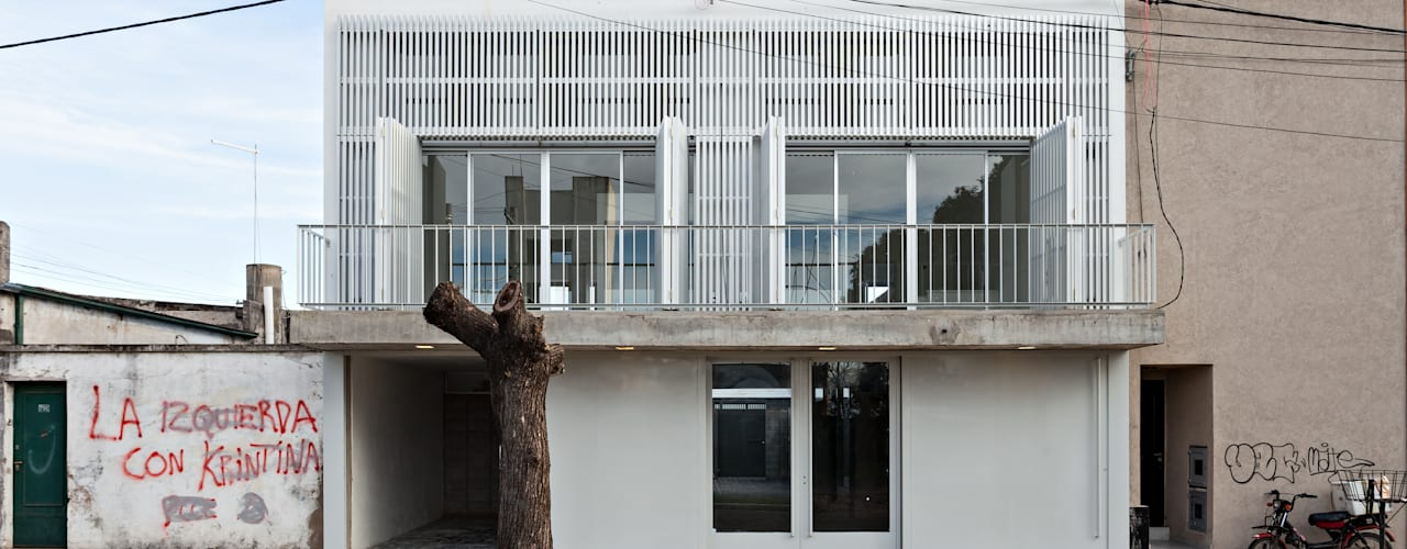 Diseño de 4 Viviendas con Patio en La Plata por por SMF Arquitectos: Casas de estilo  por SMF Arquitectos  /  Juan Martín Flores, Enrique Speroni, Gabriel Martinez,Moderno