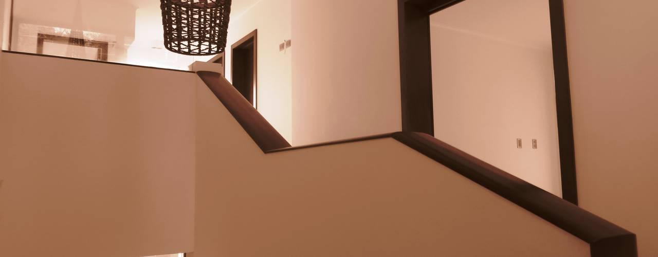 Construcción de Casa Chacon el La Reina, Region Metropolitana, Santiago Pasillos, vestíbulos y escaleras modernos de RCR Arquitectos Moderno