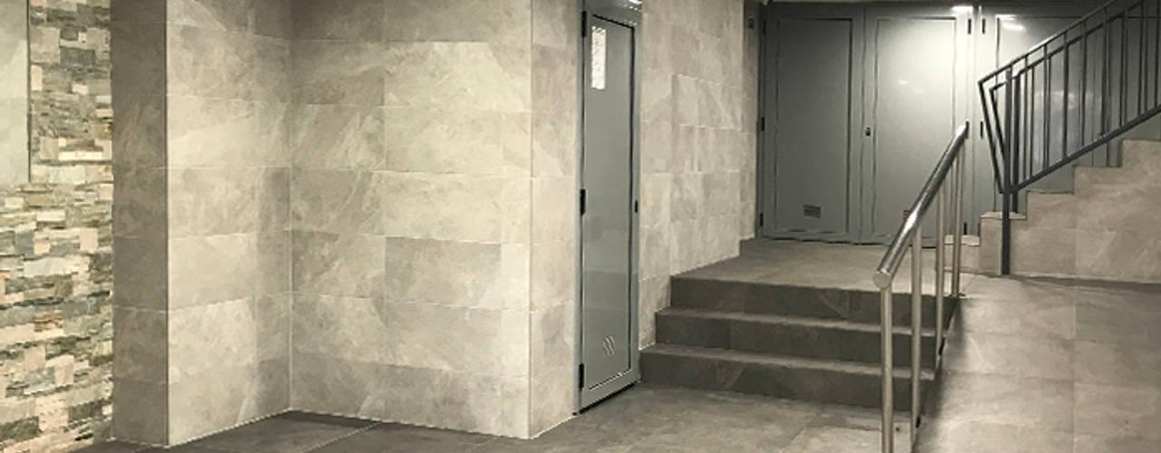 Proyecto Zona Franca: Pasillos y vestíbulos de estilo  de Estudi Aura
