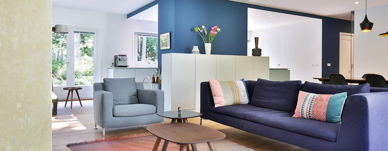 Verbouwing en renovatie bungalow StrandNL architectuur en interieur Moderne woonkamers