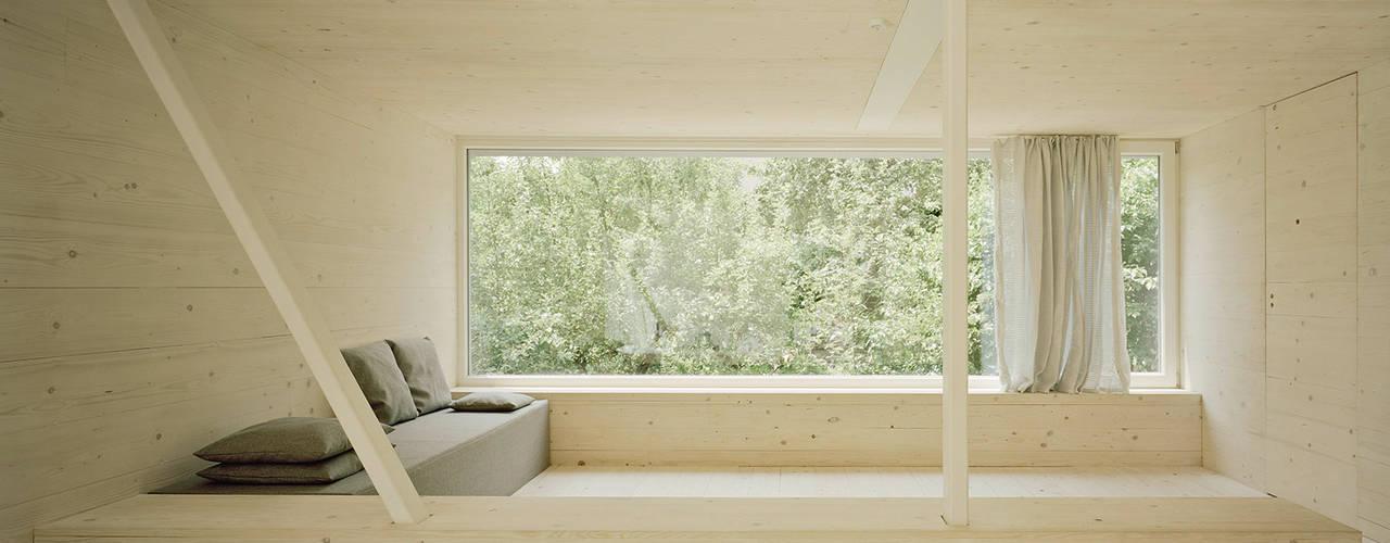 JUST K. Viel Raum für 4 Kinder und 2 Erwachsene:  Wohnzimmer von AMUNT Architekten in Stuttgart und Aachen