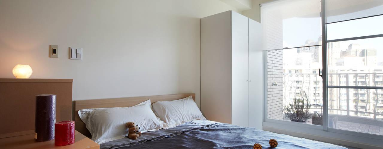 小空間卻實用機能的單身住所:   by 弘悅國際室內裝修有限公司