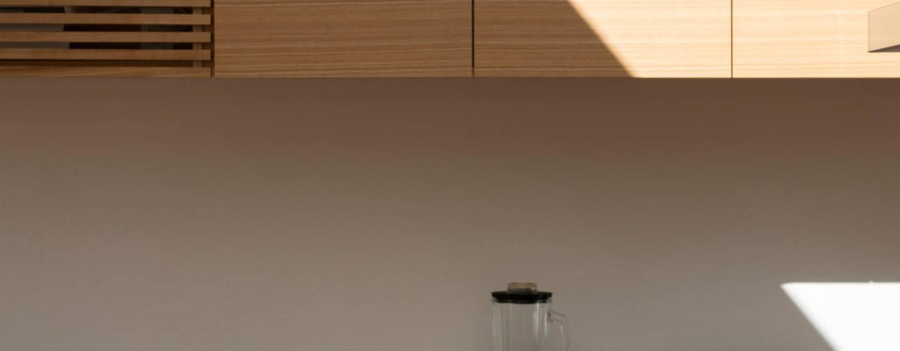 Rays of light: yuukistyle 友紀建築工房が手掛けたキッチン収納です。