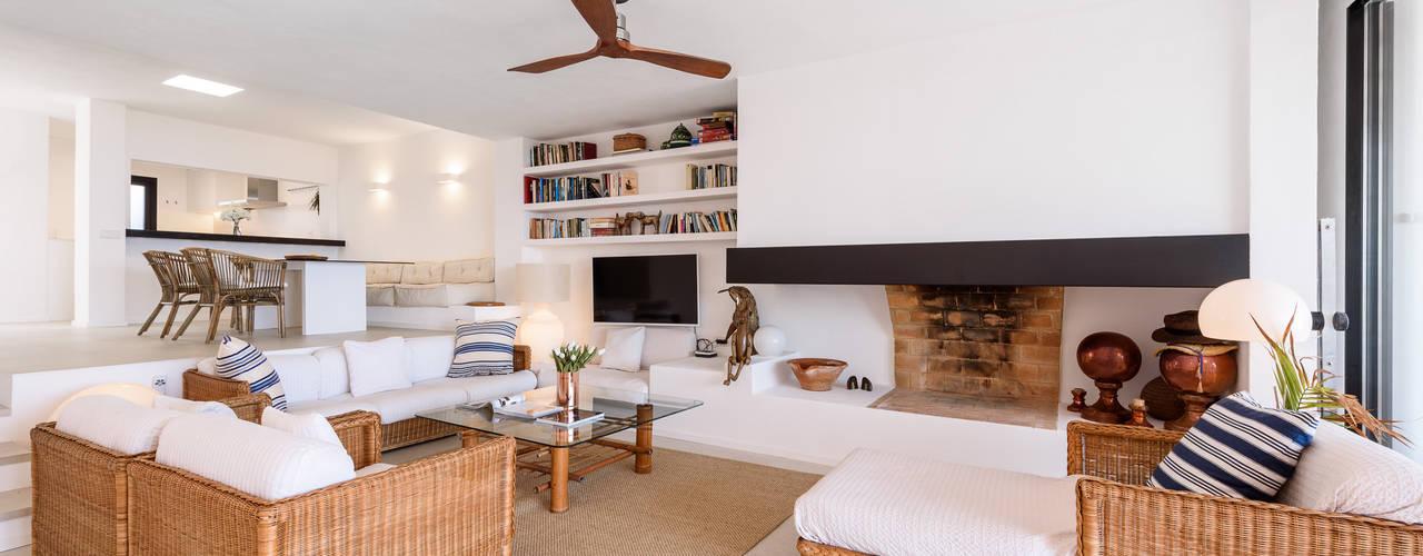 Proyecto de diseño, obra e interiorismo de una casa de verano en frente del mar: Salones de estilo  de Estatiba construcción, decoración y reformas en  Ibiza y Valencia,