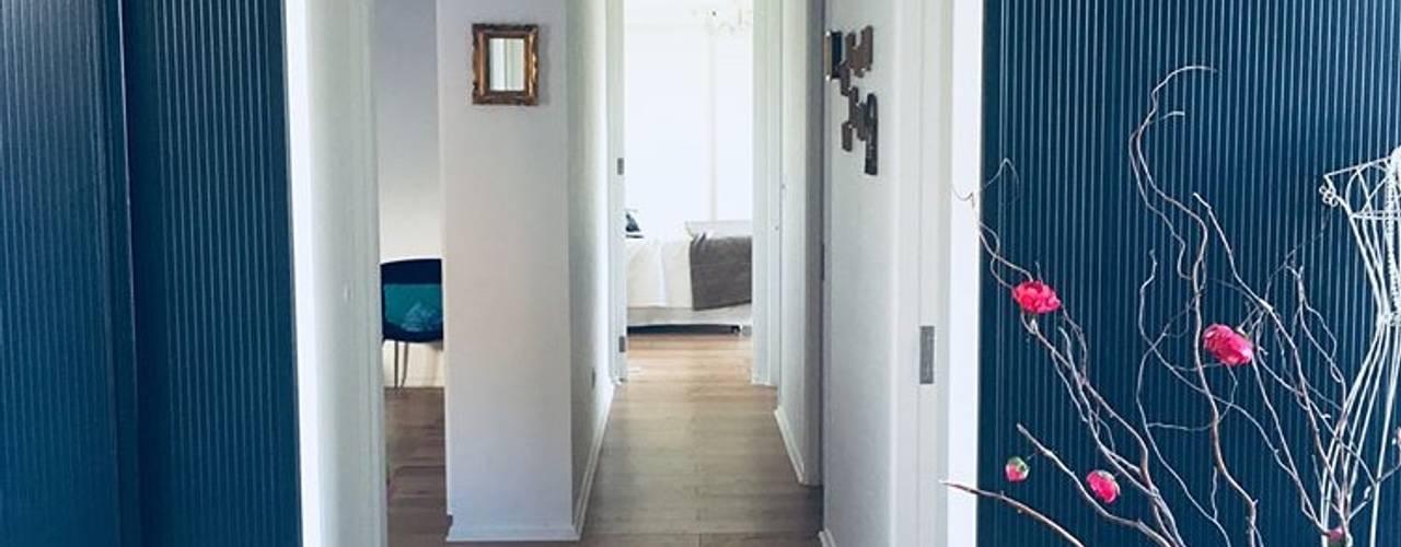 Diseño y Construcción de Casa Eco en Chamisero: Pasillos y hall de entrada de estilo  por INFINISKI