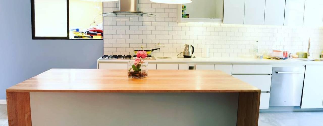 Remodelación Casa J&M en Huechuraba, Santiago de MMAD studio - arquitectura interiorismo & mobiliario - Moderno