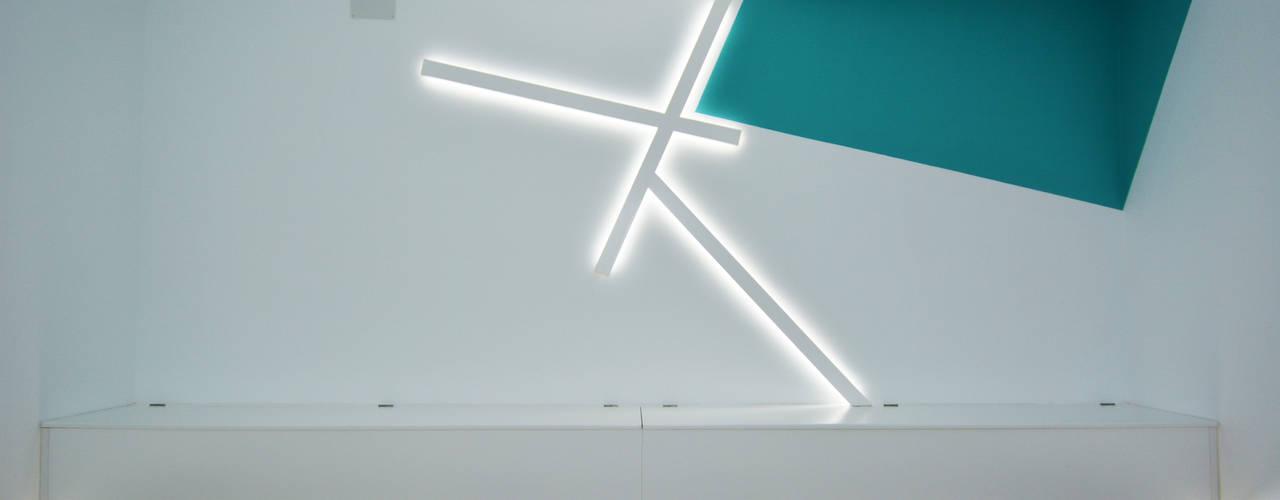 Reforma de un espacio comercial y diseño de la imagen corporativa de un centro médico: Clínicas de estilo  de SP_Arquitectura