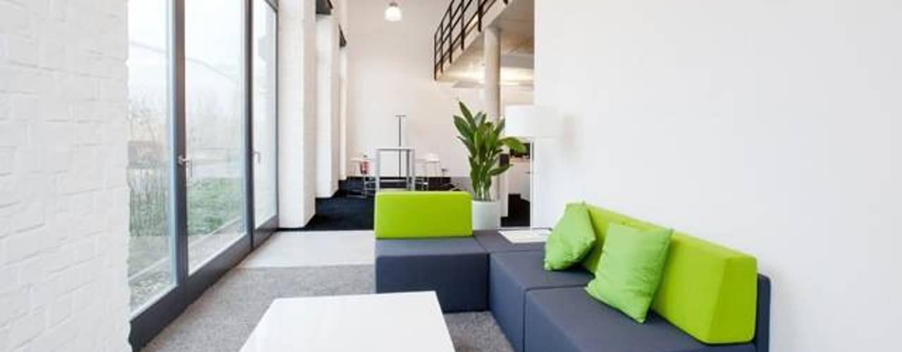Ein Büroloft mit Flair – Arbeitsflächen für kreative Köpfe Moderne Bürogebäude von Kaldma Interiors - Interior Design aus Karlsruhe Modern