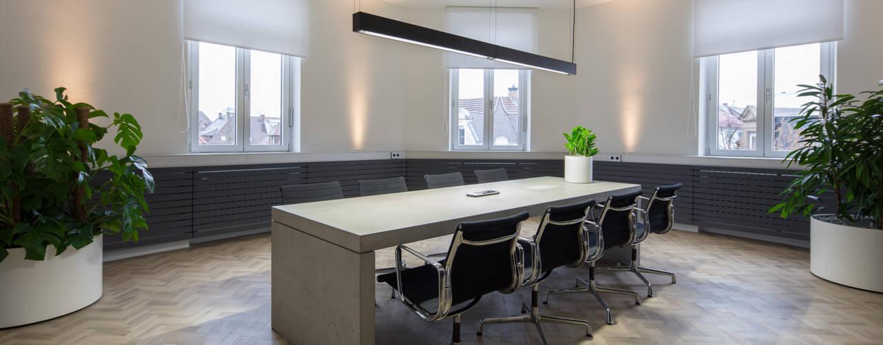 Altbausanierung – Aus Wohnraum wird Bürofläche : modern  von Kaldma Interiors - Interior Design aus Karlsruhe,Modern
