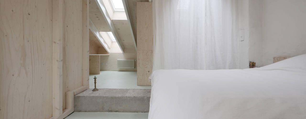 Dachumbau und Sanierung Reihenhaus:  Satteldach von AMUNT Architekten in Stuttgart und Aachen,